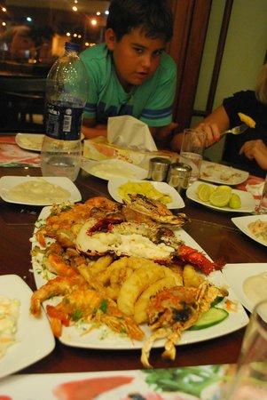 Fares Seafood : 35$за блюдо с устрицами, королевскими креветками, омаром, кальмарами в кляре и какой-то рыбой.