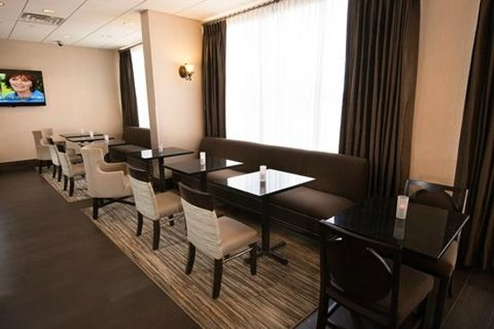 Hampton Inn Carlstadt-At The Meadowlands: Breakfast Seating Area