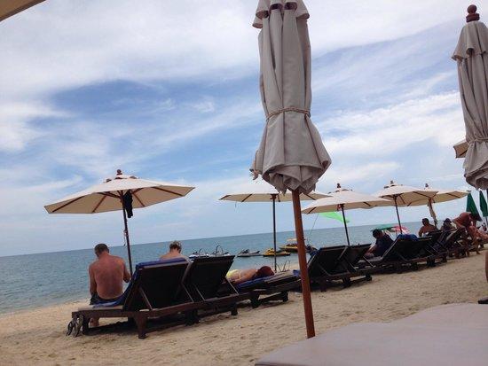 Thai House Beach Resort: Strand mit Hotel Liegen und Sonnenschirm
