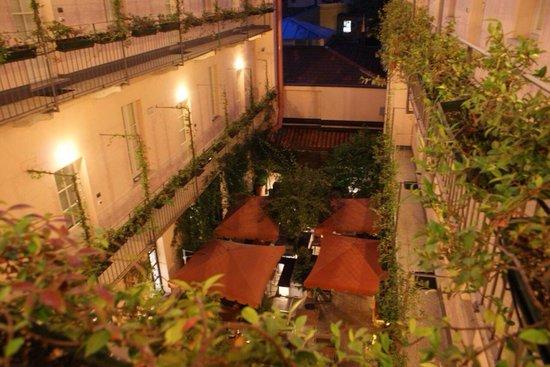 Hotel Maison Borella: Vue de l'étage sur la cour intérieure