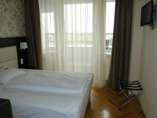 Medosz Hotel: Номер на 7 этаже, имеется балкон,где собственно я вечерами могла пить вино и наблюдать за городо