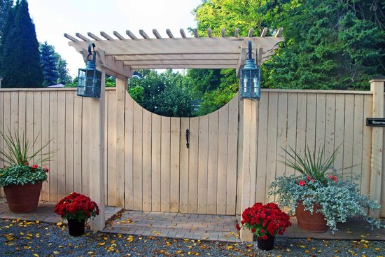 Schoolmaster's House Bed and Breakfast: Garden/Rear B&B entrance