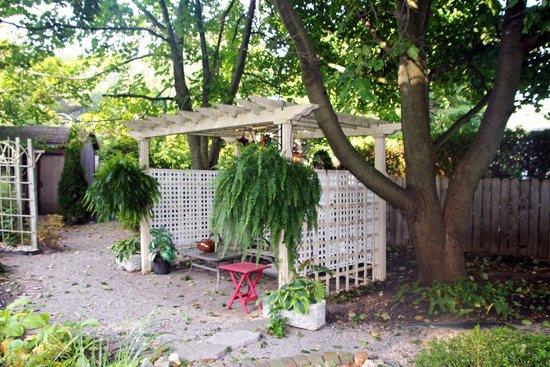 Schoolmaster's House Bed and Breakfast: Pergola in garden