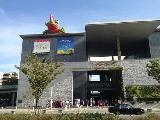Hyogo Prefectural Museum of Art: 大きなカエル?は現館長になってから