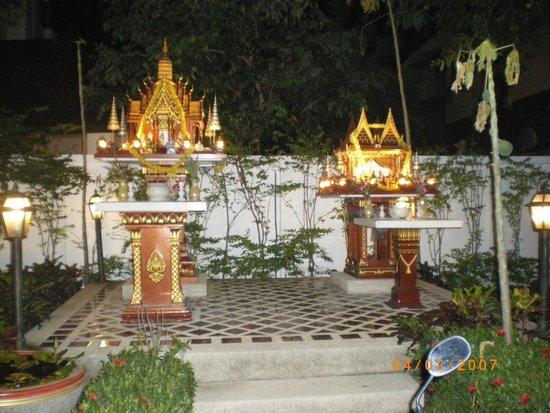 Khun Chaweng Resort : Tempietti per gli spiriti della casa e spiriti maligni