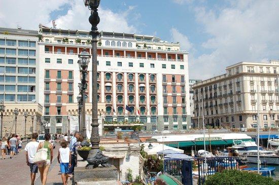 Grand Hotel Vesuvio: Front of the hotel
