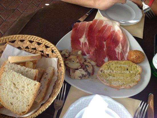 """Ristorante Agli Scacchi: antipasto """"pane prosciutto e fantasia"""""""