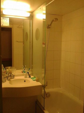 Ibis Budget Paris Porte de Bagnolet : the bathroom