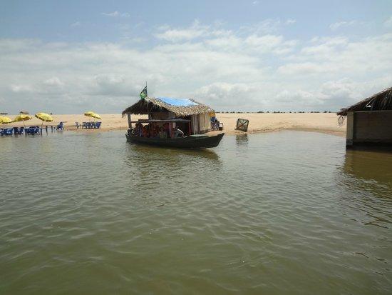 Itupiranga, PA: barcos saindo da praia