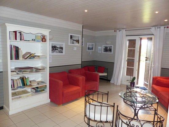 La Closerie des Vignes: Le salon et la bibliothèque.