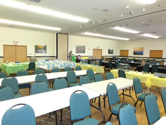 Camden Hotel & Conference Center: Camden has large round tables, rectangle tables, small round tables and chairs, we used 200+