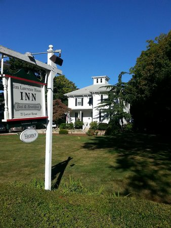Captain Tom Lawrence House Inn : Inn from road