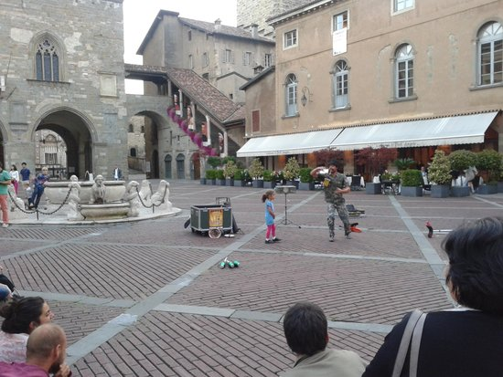Fontana Contarini: l'animazione della piazza con la fontana