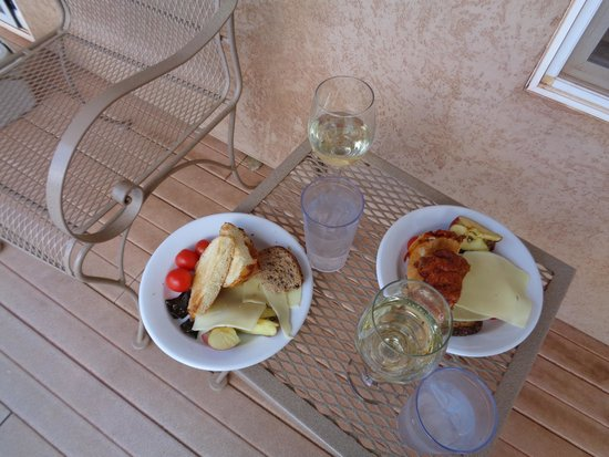 Best Friends Animal Sanctuary Cottages and Cabins : Patio with Charis and Table
