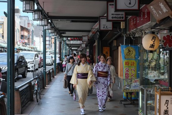 Shijo Dori, large shopping street, leading to Yasaka Shrine in Kyoto, Japan. Image: TripAdvisor