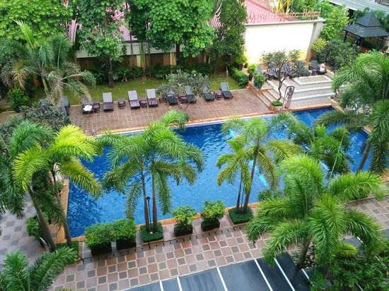 Royal Empire Hotel : The hotel swimming pool