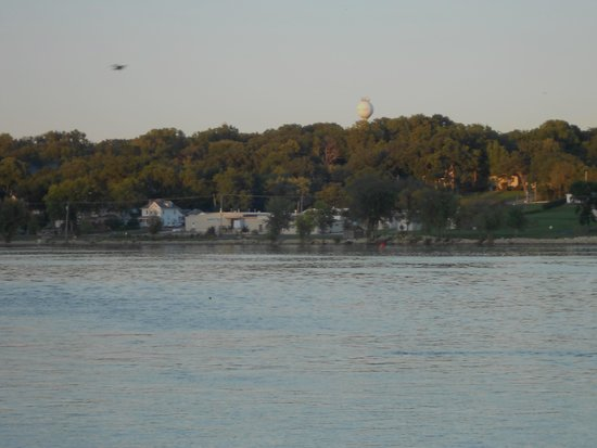 Super 8 Le Claire/Quad Cities: View of Mississippi from parking lot