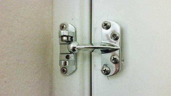 Days Inn Jacksonville Baymeadows: Missing bar from door lock