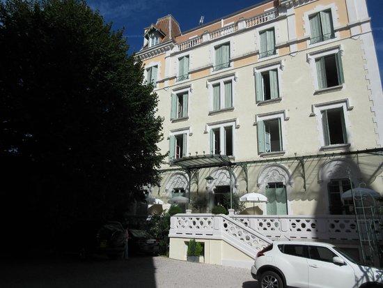 Hotel Bristol : Eingang vom Parkplatz aus gesehen