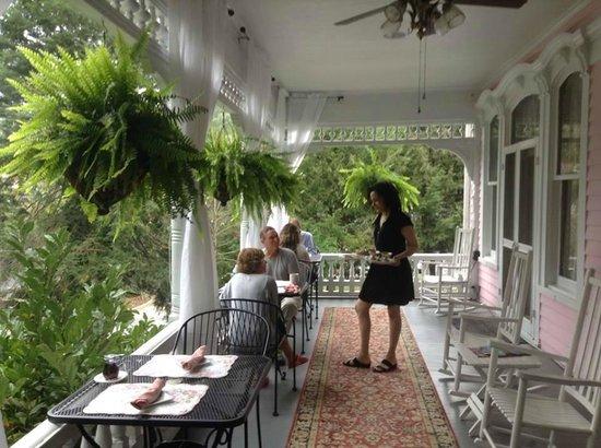 Cedar Crest Inn: lovely porch