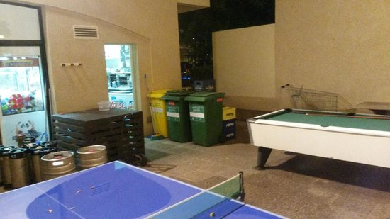 Bahia de Pollensa Aparthotel: The offending bins onto which the bar staff lobbed empties