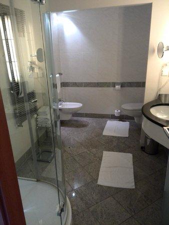 badezimmer mit großer dusche, waschtisch, wc und bidet - bild von, Hause ideen