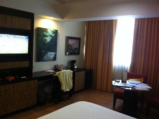 Hotel Galeria Man-Ging : Tv et bureau
