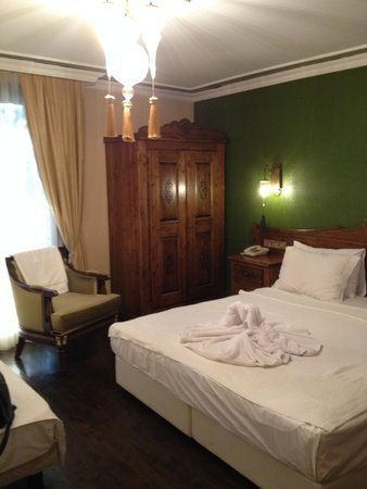 Rose Garden Suites Istanbul: Large, attractive room with small balcony and comfortable king-size bed.