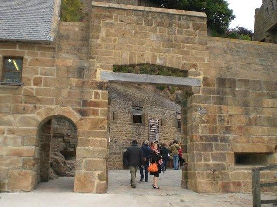 La porte d 39 entr e picture of abbaye du mont saint michel for Porte 12 tripadvisor