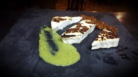 Tasca Cueva Medio Casco: Queso asado con mojo verde y dulce de papaya