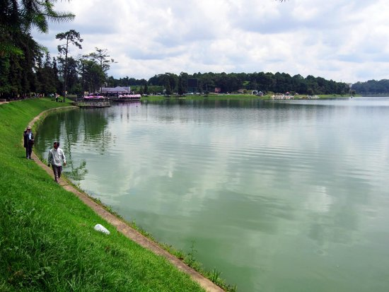 Xuan Huong Lake : Facing northeast from the roundabout