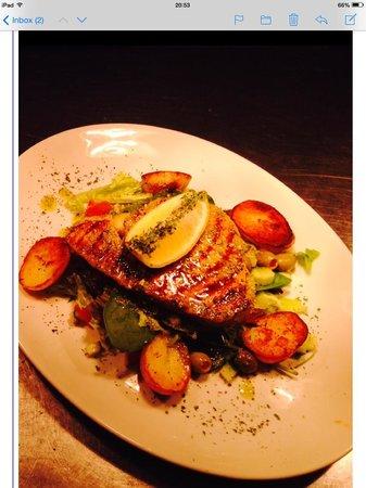 Valentine's Restaurant: Tuna steak on sea salted pesto salad