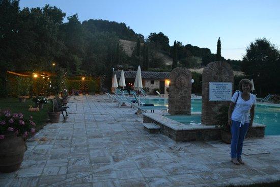 Borgo al Cerro: Poolside at night