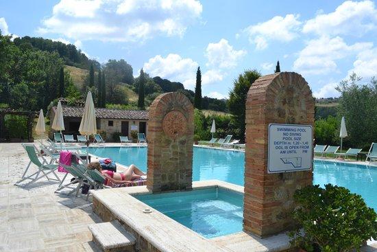Borgo al Cerro: sun at the pool!
