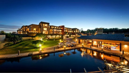 Oubaai Hotel Golf & Spa: Hotel at night