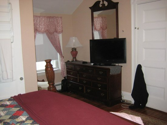 Coolidge Corner Guest House: Bed & Bagel : Tv and Wi-FI
