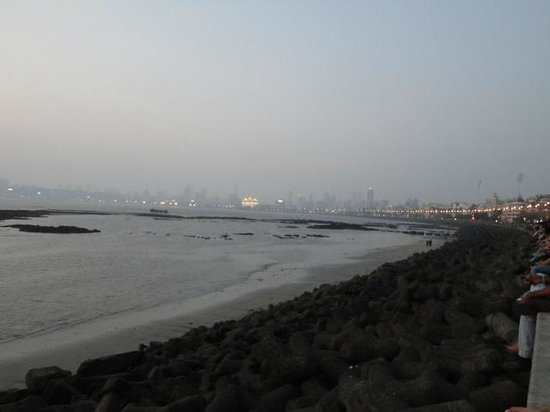 Marine Drive (Netaji Subash Chandra Marg/Queen's Necklace): the crowds along the wall