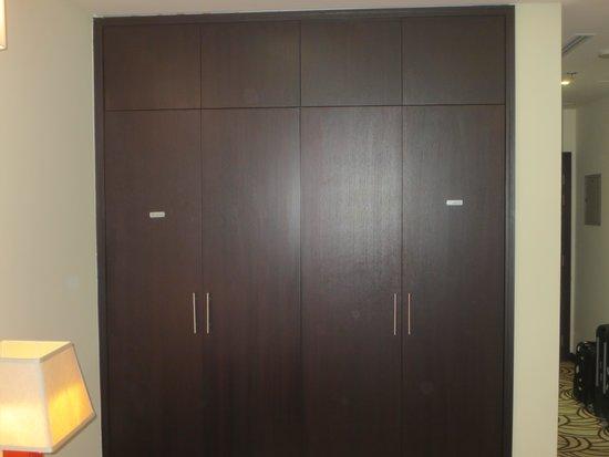 Raintree Rolla Hotel: Bedroom cupboard