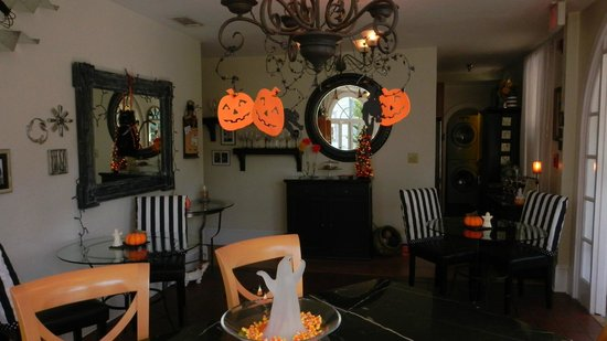 Casa de Suenos Bed and Breakfast: The Breakfast Room - decorated for Halloween