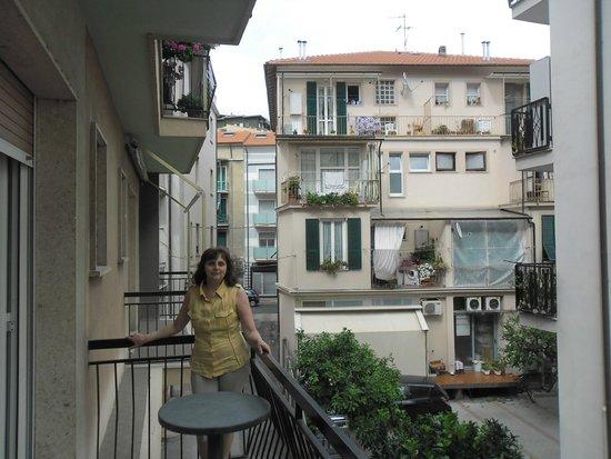 Residenza Adelaide : Вид с балкона на улицу