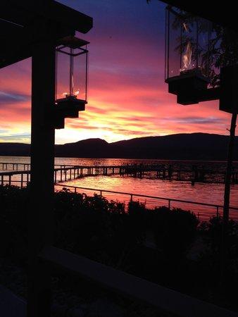 Manteo Resort - Waterfront Hotel & Villas : SUNSET AT THE MANTEO, KELOWNA