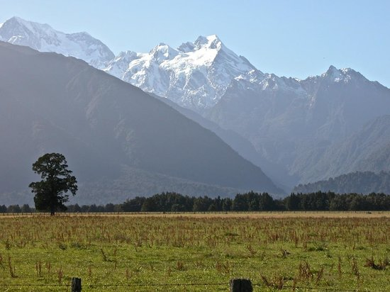 Distinction Fox Glacier, Te Weheka Boutique Hotel: Morning peak, from Cook Flat Road