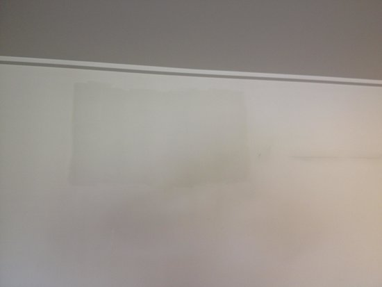 Auckland Takapuna Oaks: Stains on wall inside hotel room