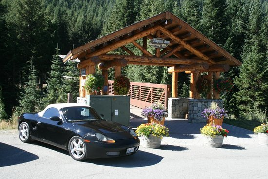 Crystal Mountain Hotels Alpine Inn: Perfect Porsche parking right at the entrance!