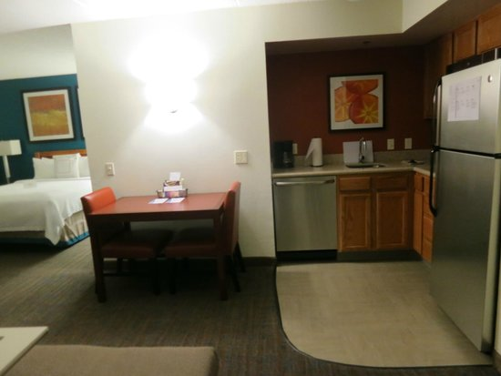 Residence Inn Philadelphia Conshohocken : View of the kitchenette and dining table, looking into the bedroom area