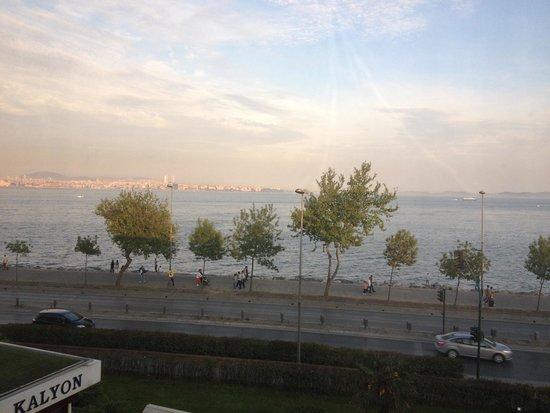 Kalyon Hotel Istanbul: May. 2013 イスタンブール弾丸一人旅。 部屋からのマルマラ海がリゾート気分。