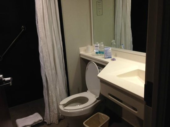 City Express Chetumal: bathroom