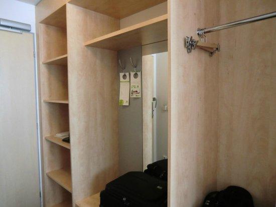 Holiday Inn Prague Airport: Closet and storage