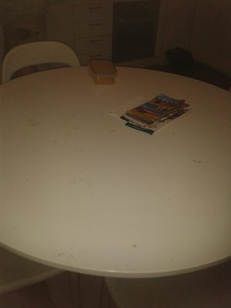 Portugal Ways Conde Barao Apartments: Disgusting table