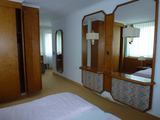 Hotel am Kurpark: Large room with lots of mirrors and special touches.
